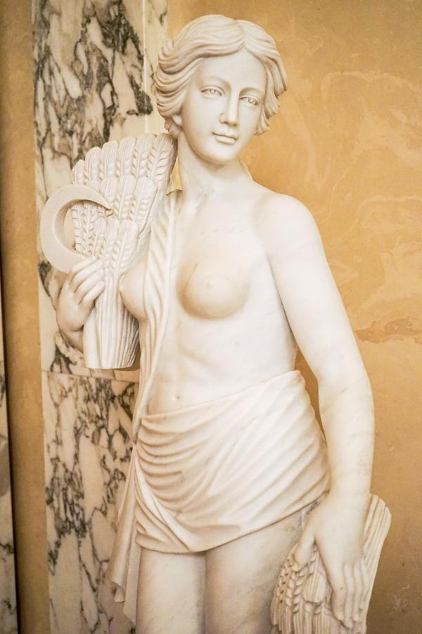 Luxueux décor néoclassique ou Empire au Four Seasons Lion Palace © YONDER.fr