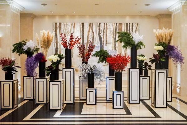 Les fleurs sont omniprésentes dans l'hôtel, comme ici dans le lobby © YONDER.fr