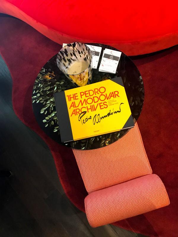 Moment de détente dans la salle de réception de l'hôtel © Camille Weyl