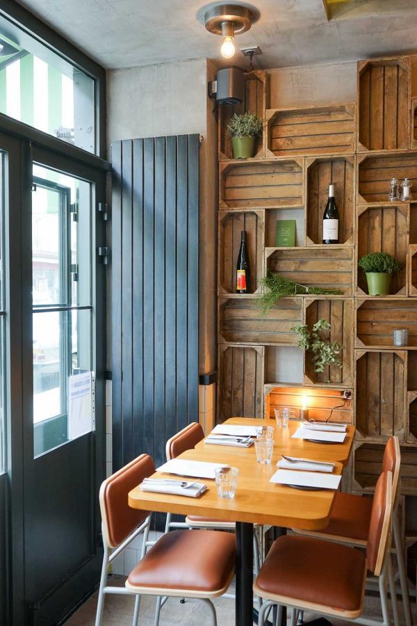 L'intérieur du restaurant, côté rue © YONDER.fr