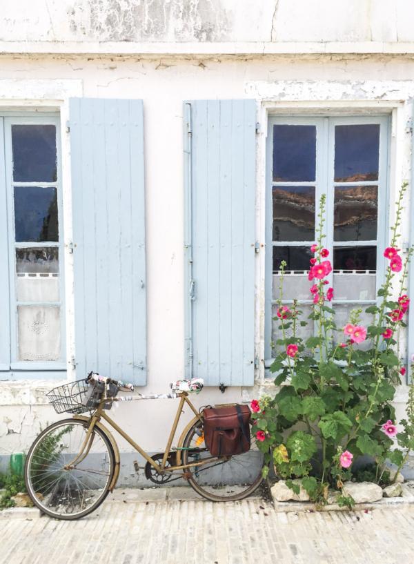 Décor typique des villages de l'Île de Ré : là une maison à Ars-en-Ré © Yonder.fr