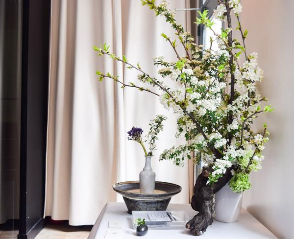 Décoration florale dans le restaurant © Yonder.fr