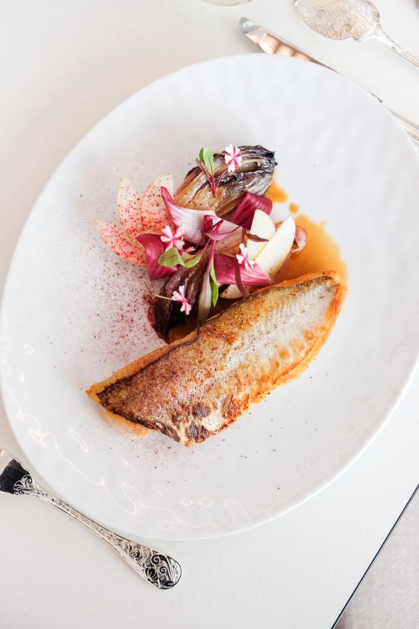 Filet de merlan de Saint-Gilles-Croix-de-Vie, endives rouges pochées, jus de veau © YONDER.fr