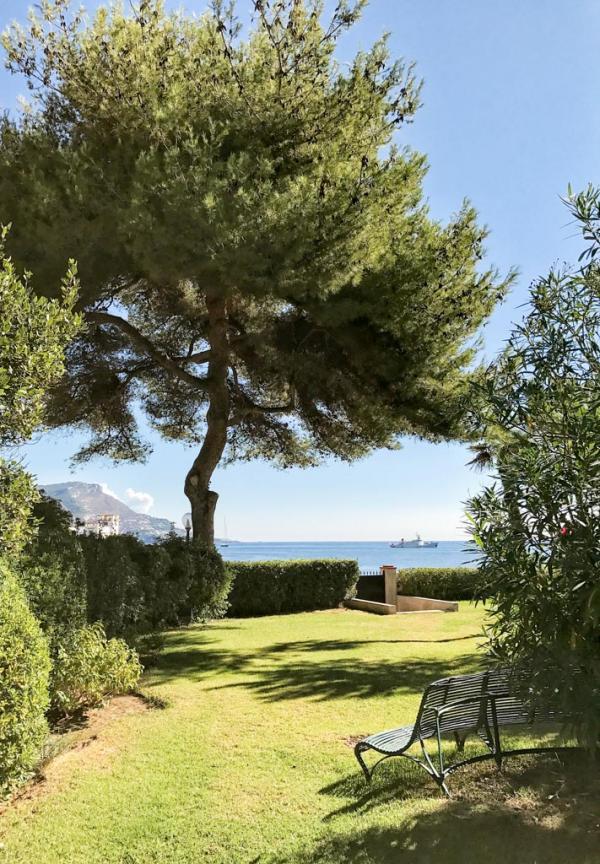 Derrière l'Orangerie, une villa annexe à l'hôtel, le jardin s'ouvre sur la mer © Yonder.fr