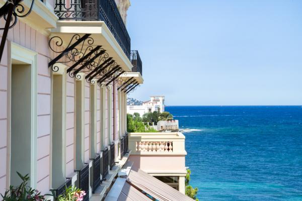 Derrière la façade du Royal Riviera, on aperçoit la silhouette de la Villa Kérylos © Royal Riviera
