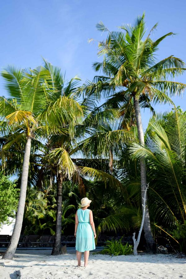 Palmiers, ciel bleu, eau turquoise : le décor idyllique, partout sur l'île de Soneva Fushi © YONDER.fr