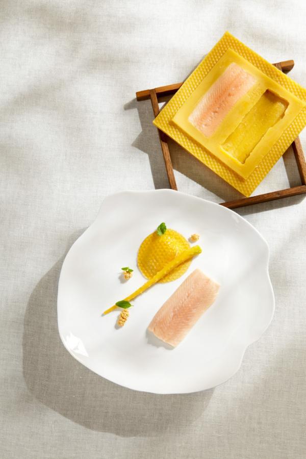 L'omble cuit à la cire, une fois l'assiette dressée © Steirereck GmbH (photo non prise durant le déjeuner)