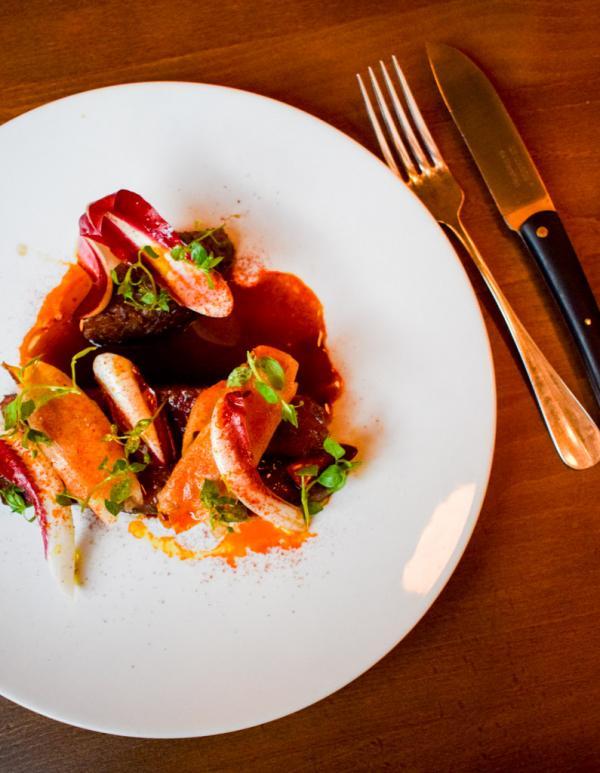 Filet de Canard « apicius », endives en chutney/rôtie/trévise & lard de Toscane © YONDER.fr