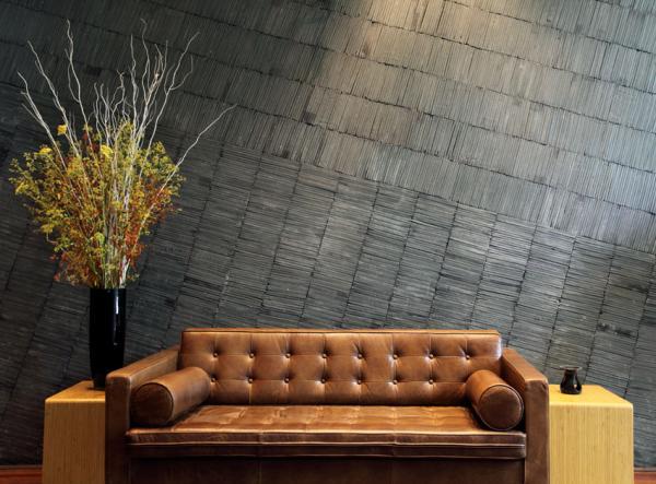 Dans le lobby, un sofa vintage permet aux voyageurs de se repose © URBN