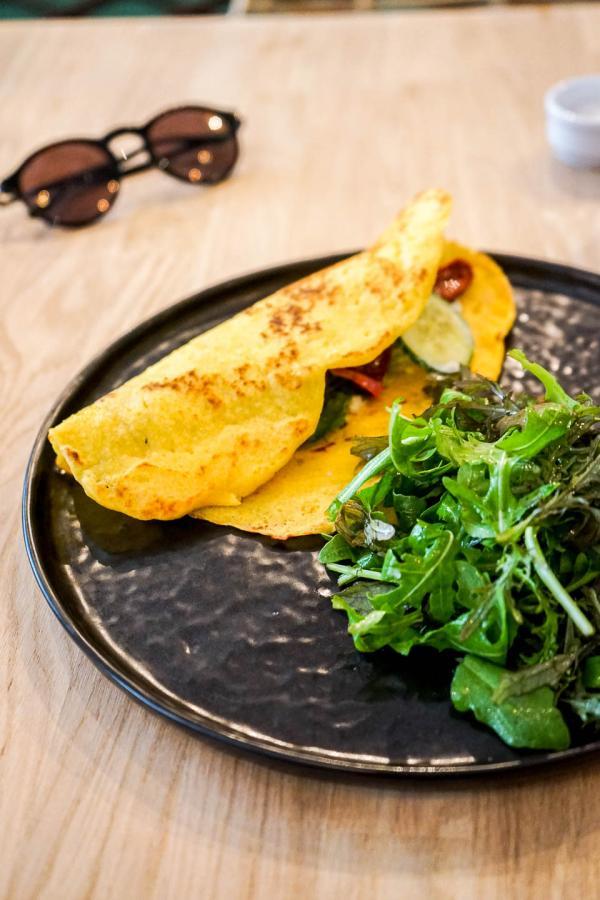 Vida'Dwich (pain au maïs, falafels de quinoa, guacamole, concombres, herbes aromatiques) © YONDER.fr