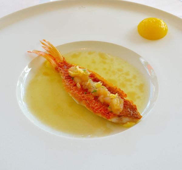 Rouget à la plancha, cuit et cru, condiment ananas, vinaigre à la verveine © Emmanuel Laveran