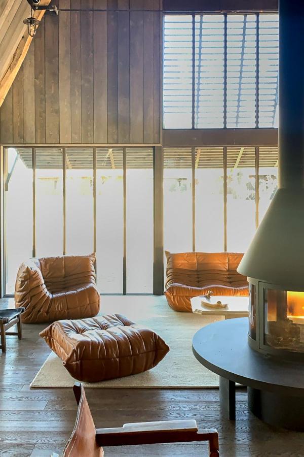 Les Sources de Cheverny : sofa et cheminée dans l'espace d'accueil © MB   YONDER.fr