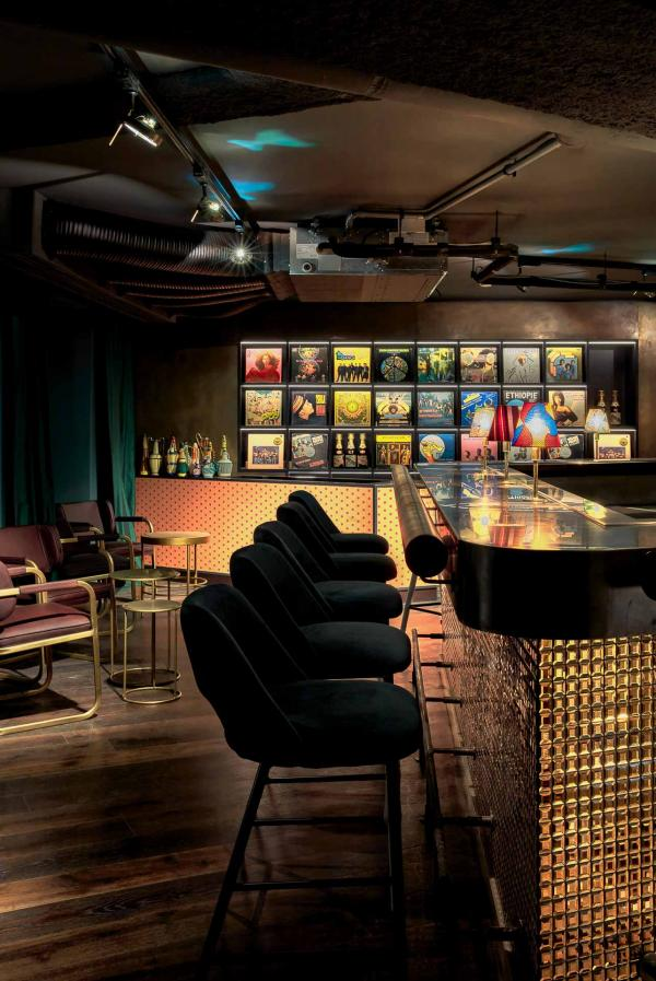 Atmosphère tamisée au SAPE Bar © Steve Herud