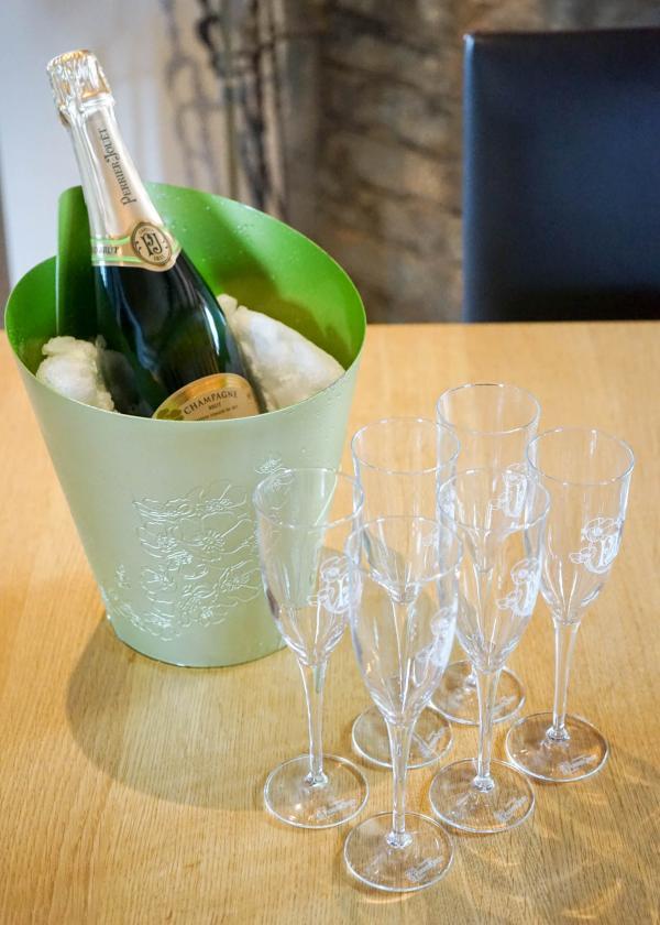 Champagne ! Le champagne Perrier-Jouët, partenaire de Consensio, est servi à discrétion dans les chalets © YONDER.fr