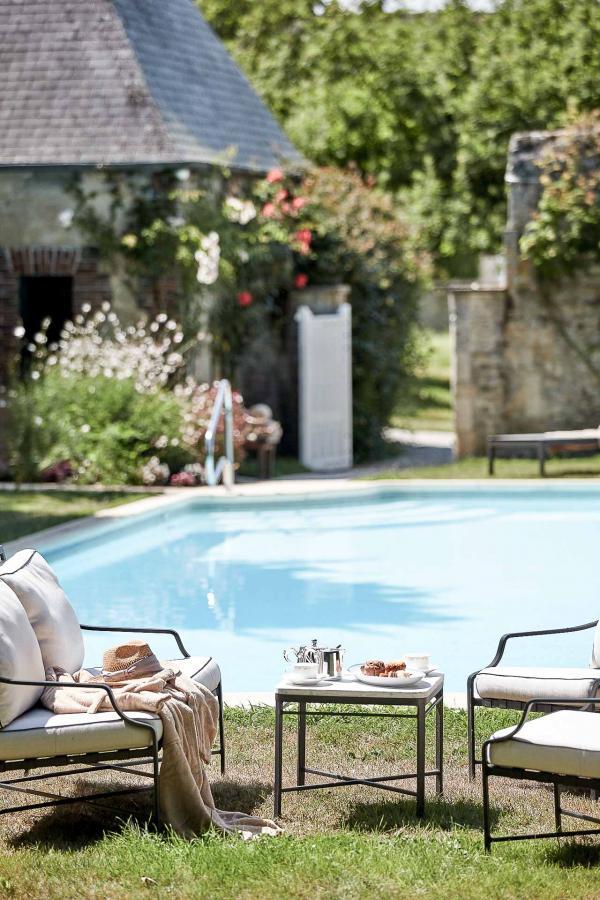 Château d'Audrieu : au bord de la piscine extérieure © DR