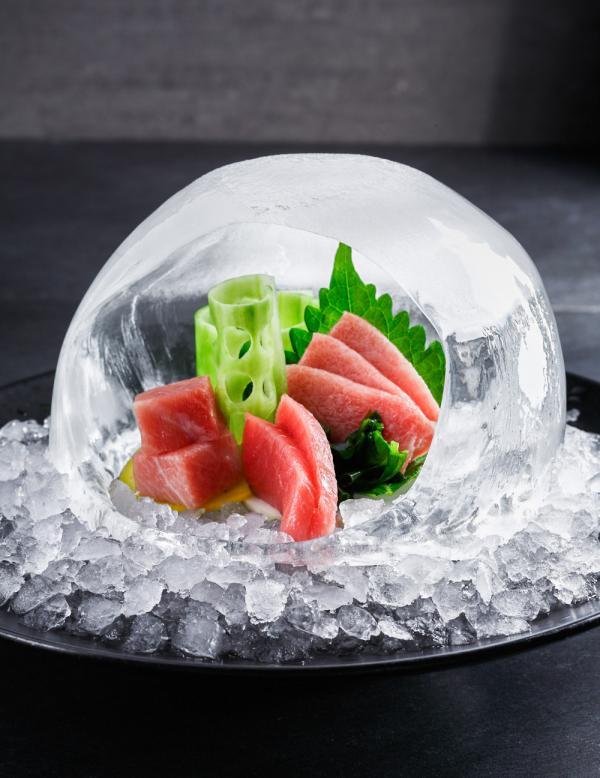 Sushis présentés dans un globe de glace à IZAKAYA Asian Kitchen & Bar © Dan Perez