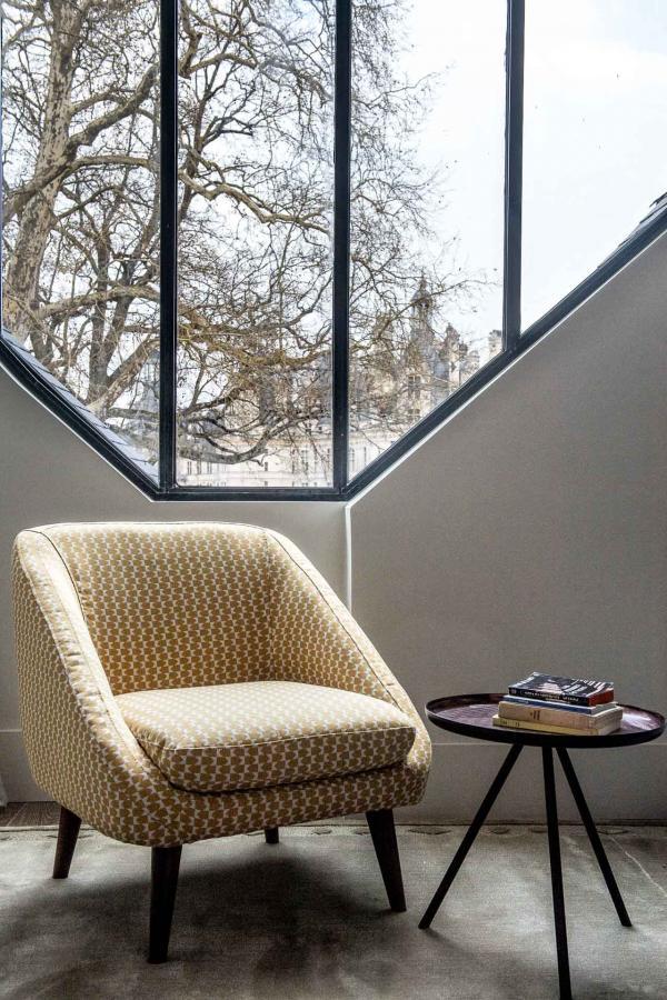 À l'intérieur de la Suite 215, une grande vitre offre une vue inégalée sur le Château © Anne-Emmanuelle THION