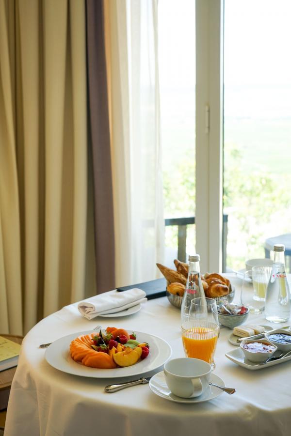 Petit-déjeuner servi en chambre, face à la vue © YONDER.fr