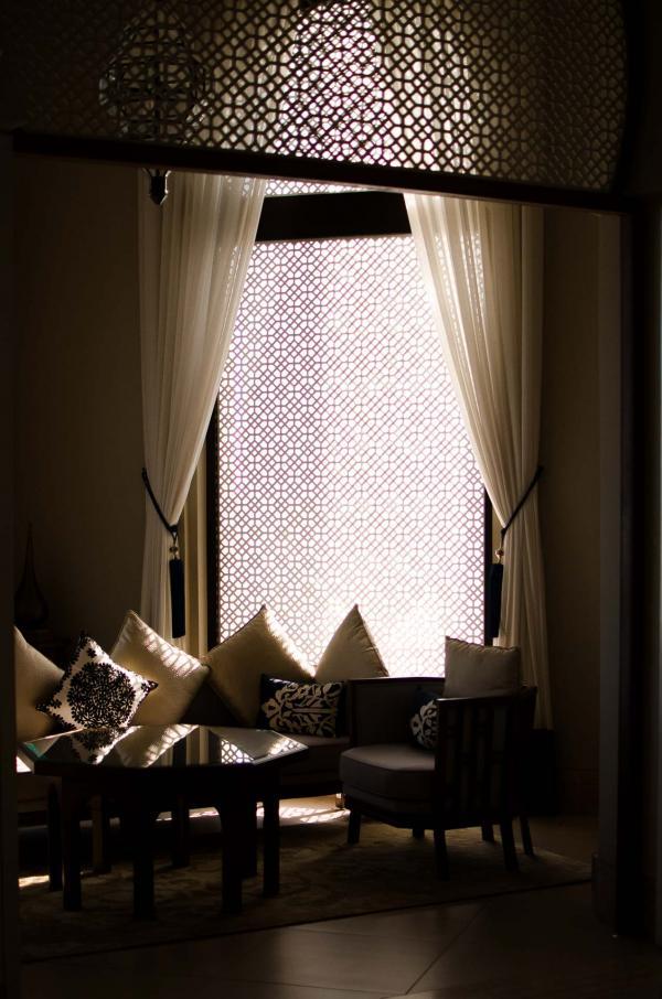 De nombreuses petites alcôves accueillent des salons confortables à la lumière naturelle tamisée © Alix Laplanche
