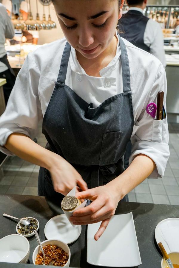 L'un des moments forts du déjeuner : la préparation et dégustation du cône à la truffe dans les cuisines © YONDER.fr