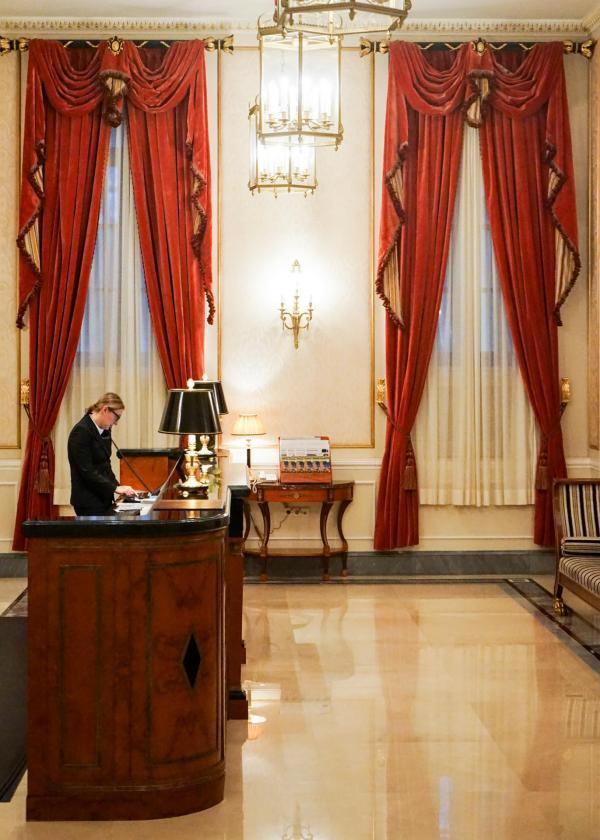 La conciergerie du Four Seasons Hotel Lion Palace St. Petersburg © YONDER.fr