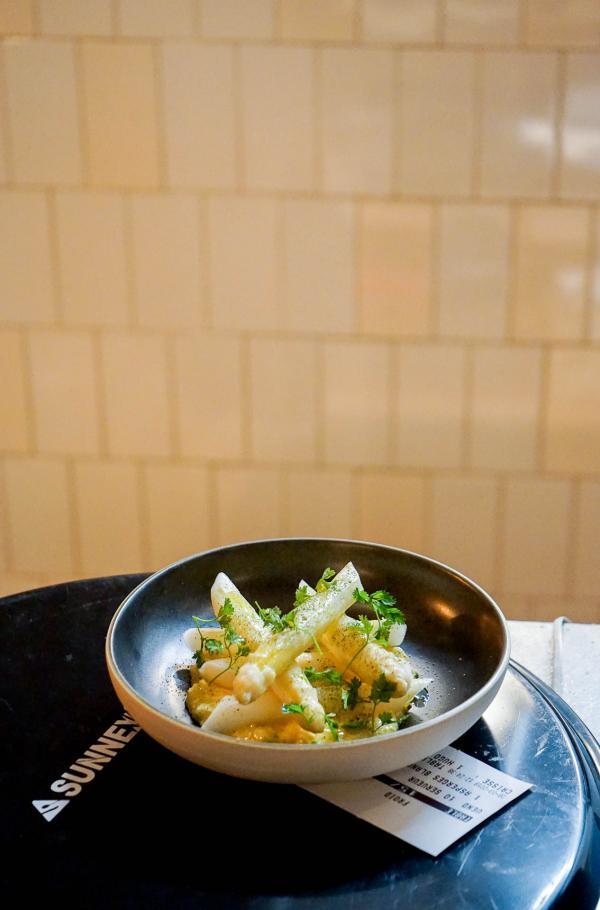 Les asperges blanches, sorties à l'instant de la cuisine, prêtes à être servies © YONDER.fr