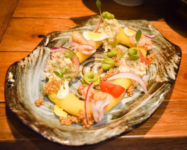 Causa Limeña (Causa à l'aji amarillo, chair de crabe, gambas, avocat, oeuf de caille et mayonnaise de tomates confites) © Yonder.fr