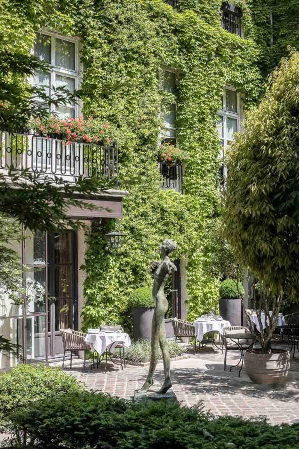 Le restaurant Anne au Pavillon de la Reine, côté terrasse © DR