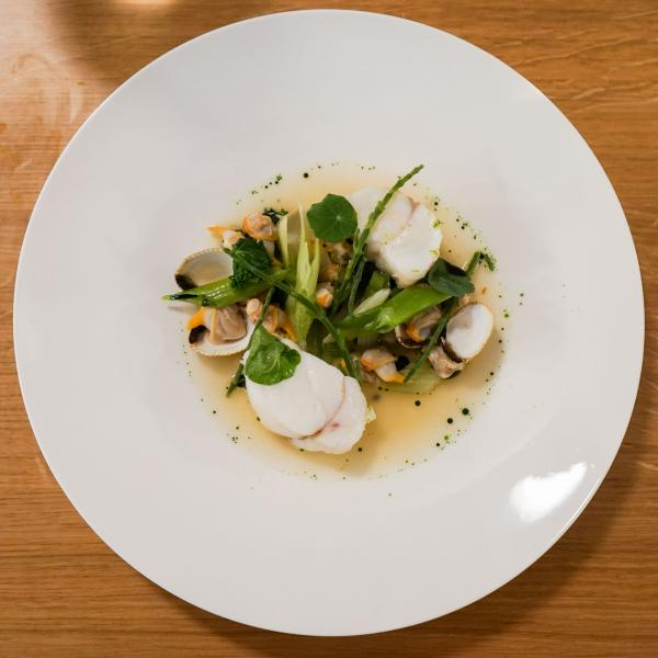 Lotte, légumes verts, bouillon de coquillages © YONDER.fr