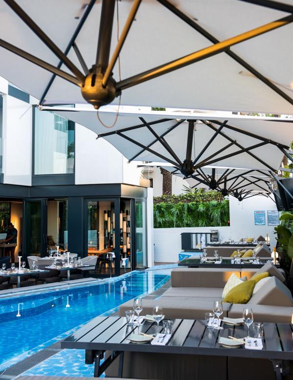 Le restaurant s'étend autour de la piscine du Sir Joan Hotel © Amit Geron