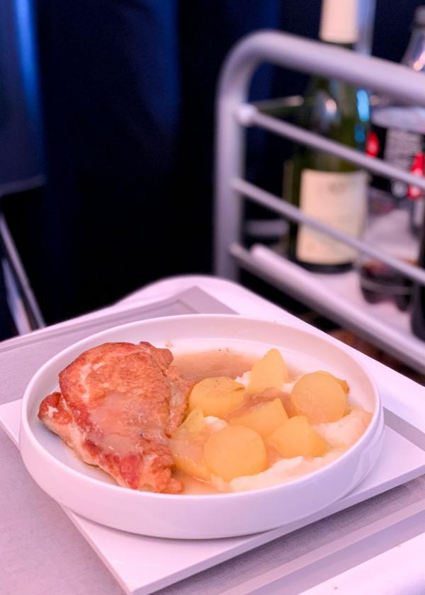 Pintade rôtie, navet fondant, l'un des deux plats imaginés par le chef étoilé Arnaud Lallement © YONDER.fr