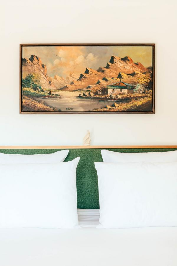Tableaux évoquant la montagne et décor tout en clarté dans les chambres © Romain Laprade