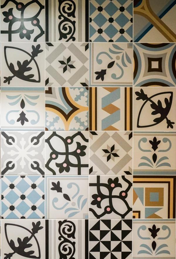 Carreaux de ciment à motifs ornent les salles de bain © YONDER.fr