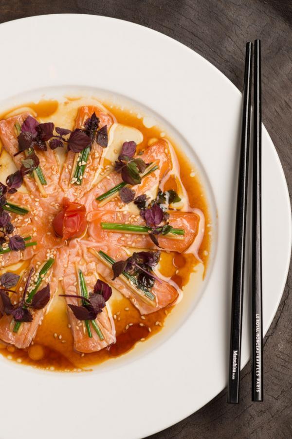 """Création culinaire de Nobu (""""Salmon new style sashimi"""") © P.O. Deschamps - Agence VU"""