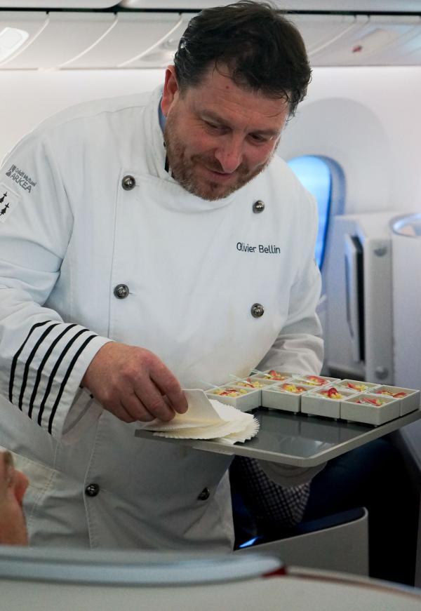 Olivier Bellin présente lui-même aux passagers la mise en bouche du repas © YONDER.fr