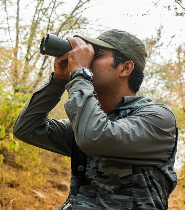 Pendant le safari, notre guide essaie de trouver les tigres du Bengale © YONDER.fr