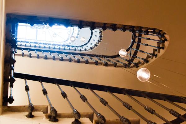Lumière zénithale pénétrant dans la cage d'escalier © Yonder.fr