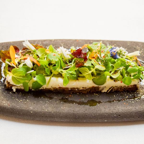 Tartine de céréale au chèvre et légumes, l'une des trois assiettes composant le triptyque printanier autour des petits pois © Yonder.fr