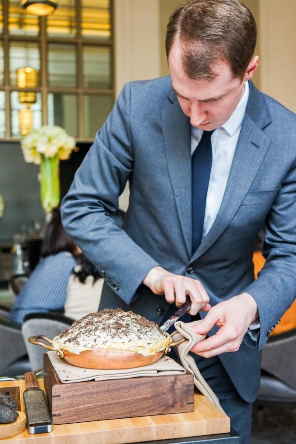La préparation en salle de la tarte à la truffe noire © YONDER.fr