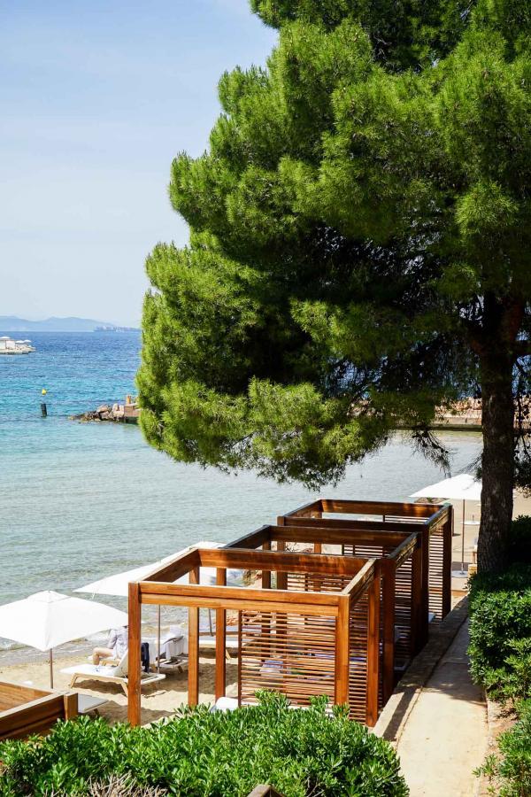 Four Seasons Astir Palace Hotel Athens : l'une des plages privées, vue d'un bungalow © YONDER.fr