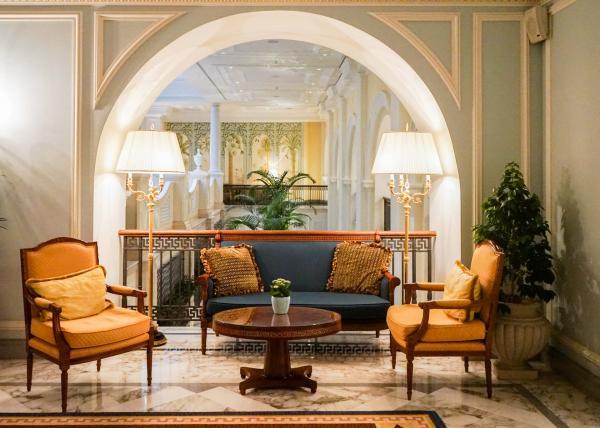 Décor luxueux dans les parties communes de l'hôtel © YONDER.fr
