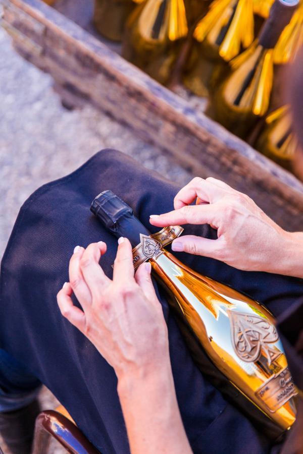 Habillage à la main d'une bouteille Armand de Brignac © DR