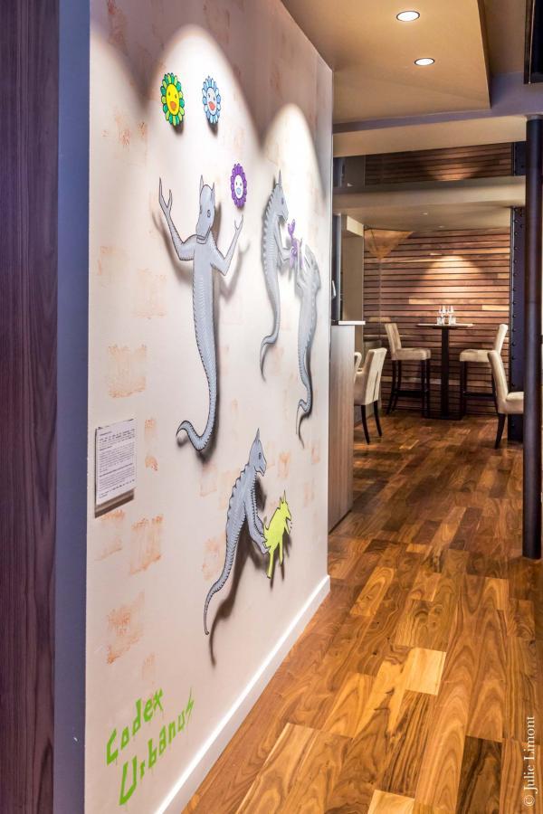 Le décor imaginé par l'architecte Hervé Porte met à l'honneur des oeuvres d'art contemporain sur les murs © Julie Limont