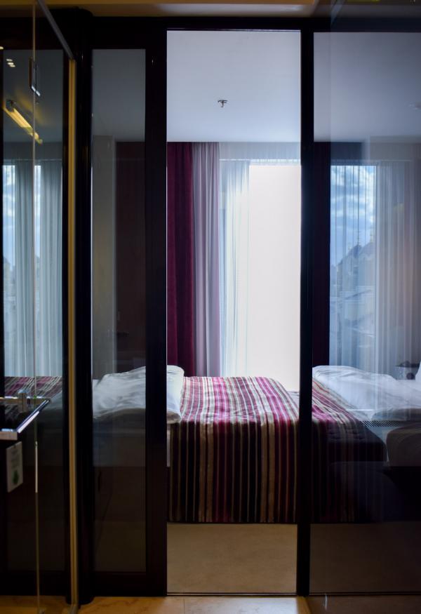 Toutes les chambres disposent d'élégantes salles de bain vitrées © YONDER.fr