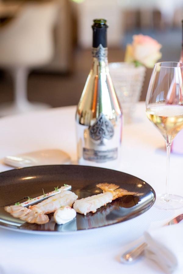 Les différentes cuvées Armand de Brignac accompagnent les plats imaginés par le chef triplement étoilé Arnaud Lallement à L'Assiette Champenoise © DR
