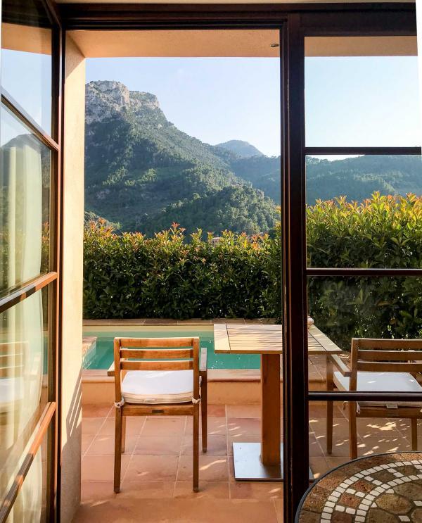 Terrasse avec vue et piscine privée dans une Junior Suite Executive © YONDER.fr