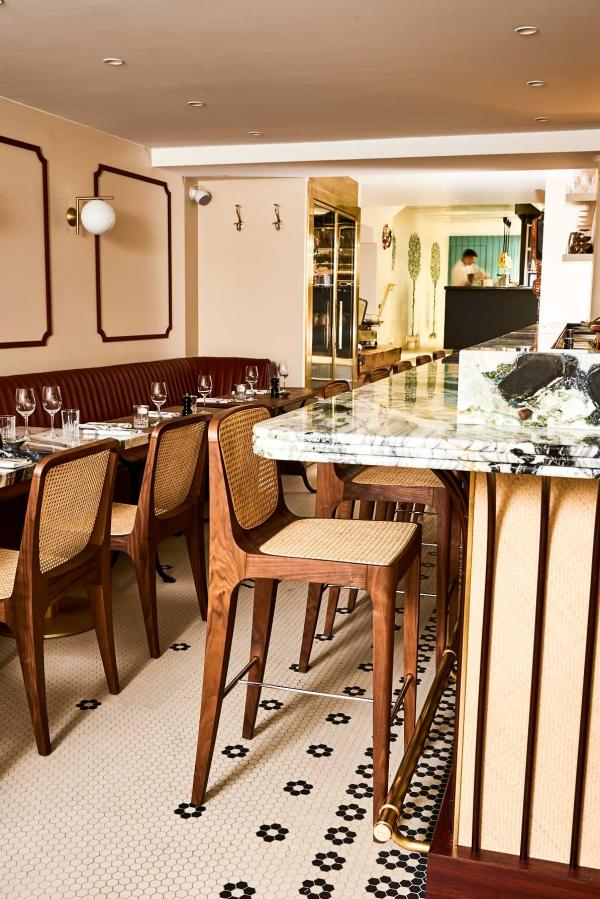 """L'un des deux """"salons"""" de Clover Grill et son bar © Nicolas Lobbestael"""