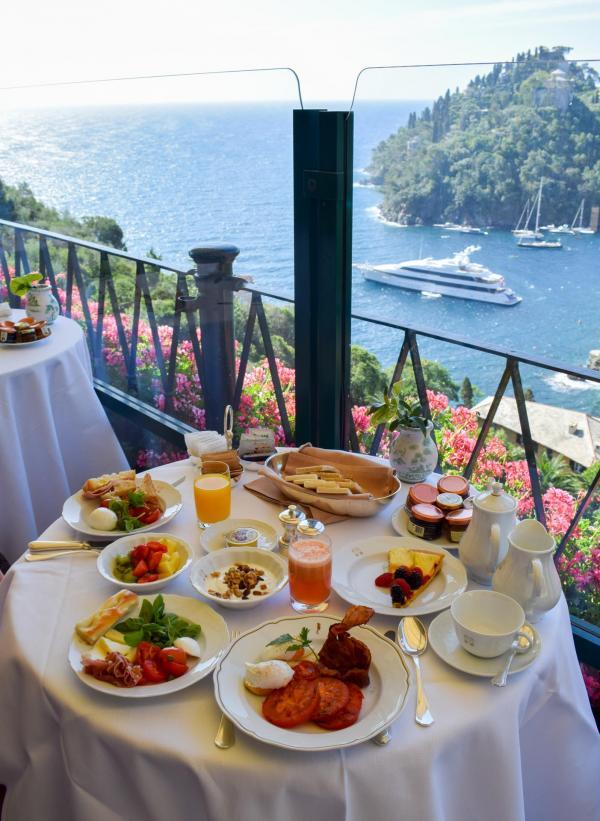 Petit-déjeuner avec vue © YONDER.fr