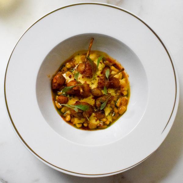 Les cuisses de grenouille, un autre classique de la cuisine française, réinterprété avec style © YONDER.fr