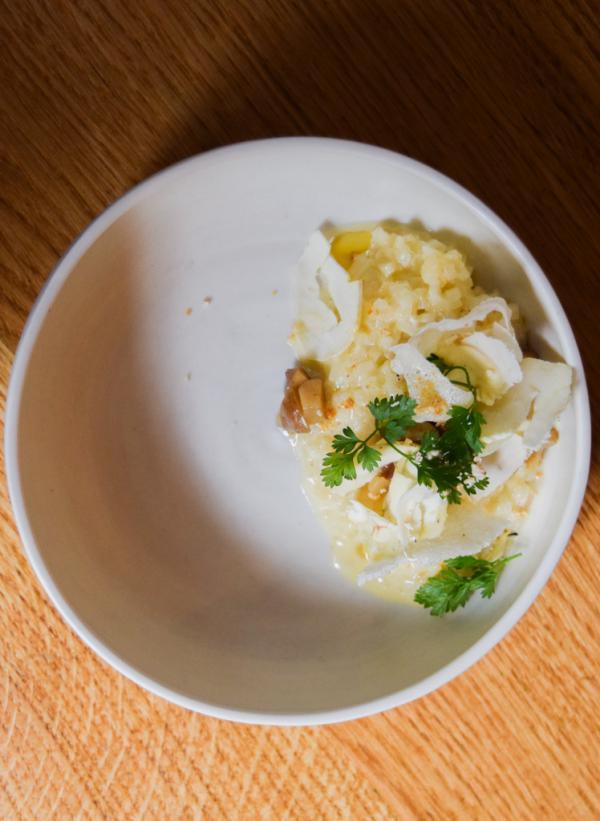 Risotto de céleri-rave, lamelles de châtaignes, marrons, croustillant de riz © Yonder.fr